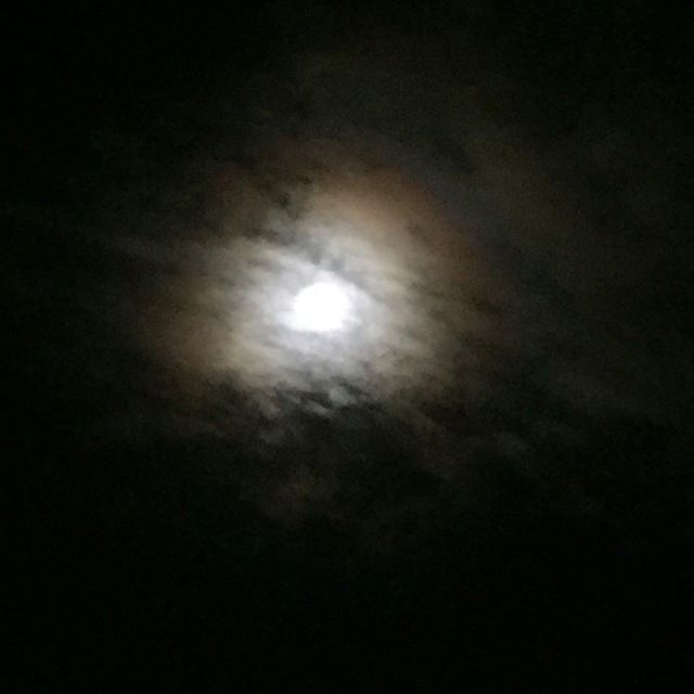 Halo Lunar  #Otoño #octubre #skyporn #LightsInTheSky #arcoirisnocturno #CDMX #afterfullmoon #nofilter #picoftheday #night #moon #cloudy #cellphonephotography #blur