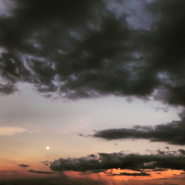 Atardecer con luna en día de muertos 🌺💀🌺 La luz que vemos de las estrellas es del pasado, el pasado está presente y en el futuro, el pasado seguirá ahí, presente.  #DíadeMuertos #México #picoftheday #skyporn #CDMX #moon #cloudy #nofilter #cellpic  #LunaLlena #luzdeluna #atardecer #colors #nubesdecolores #redsky #nublado #pasado #sunset #presente #futuro #MiraAlCielo