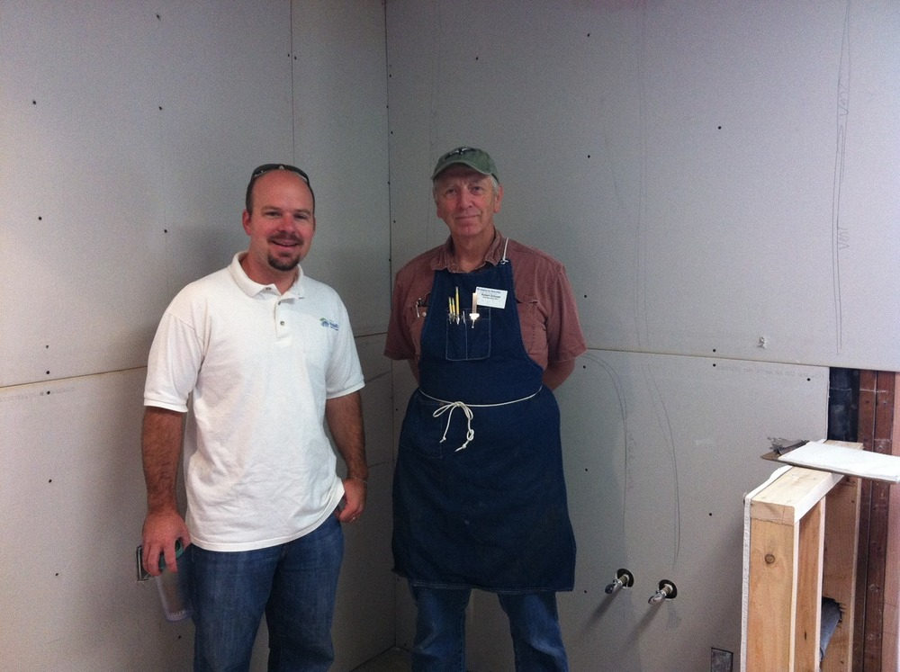 Ooohhh exciting news ! Habitat for Humanity began to measure up our new kitchen cabinets.