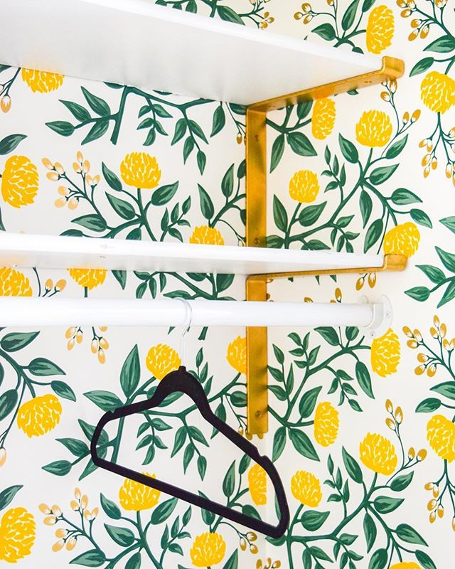 @pmqfortwo is at it again this time brightening up her closet with some bold wallpaper + our gold shelf brackets to match 💛 Tap photos for product info & #linkinbio for her blog post! . . . #cratesandpallet #pmqfortwo #shelfie