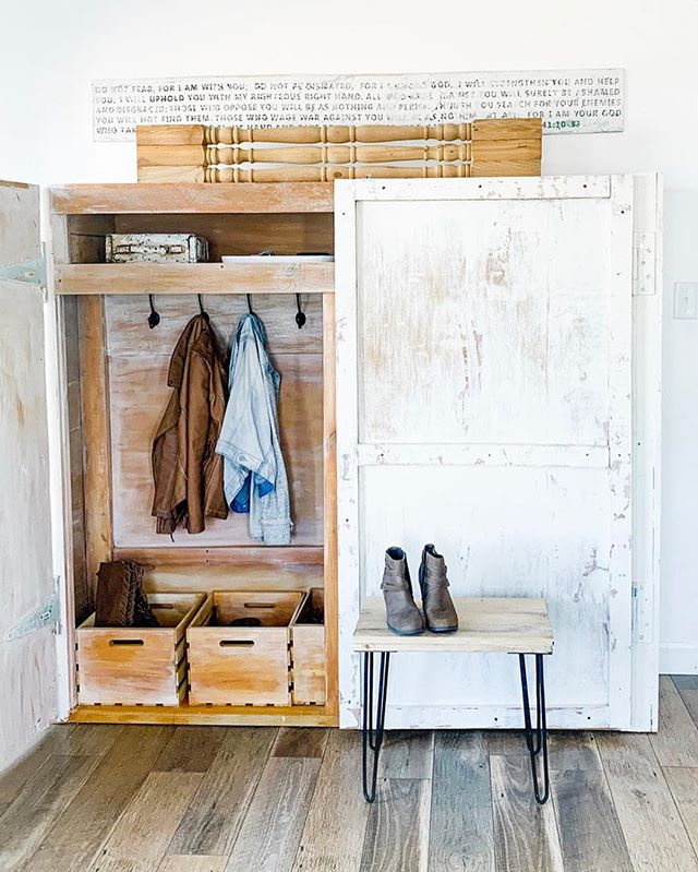 @welivedhappilyeverafter made this dreamy mudroom complete with wooden crates for shoe storage and a cute hairpin leg bench to match! #swoon 😍 Follow the #linkinbio in our bio for project details on how she got this chippy paint look! . . . #cratesandpallet #welivedhappilyeverafterblog #crateprojects #woodencrates #hairpinlegs #diy