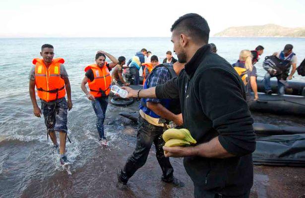 Amir-Khan-at-a-refugee-landing-beach-in-Skala-Sykamimineas-North-East-Lesbos.jpg