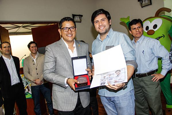 El alcalde de la Municipalidad del distrito de Los Olivos, al norte de Lima, fue buena onda al ofrecernos sus recursos para desplegar la incubadora de Lima Norte. Uno de sus recursos más divertidos es un muñequito de olivo!