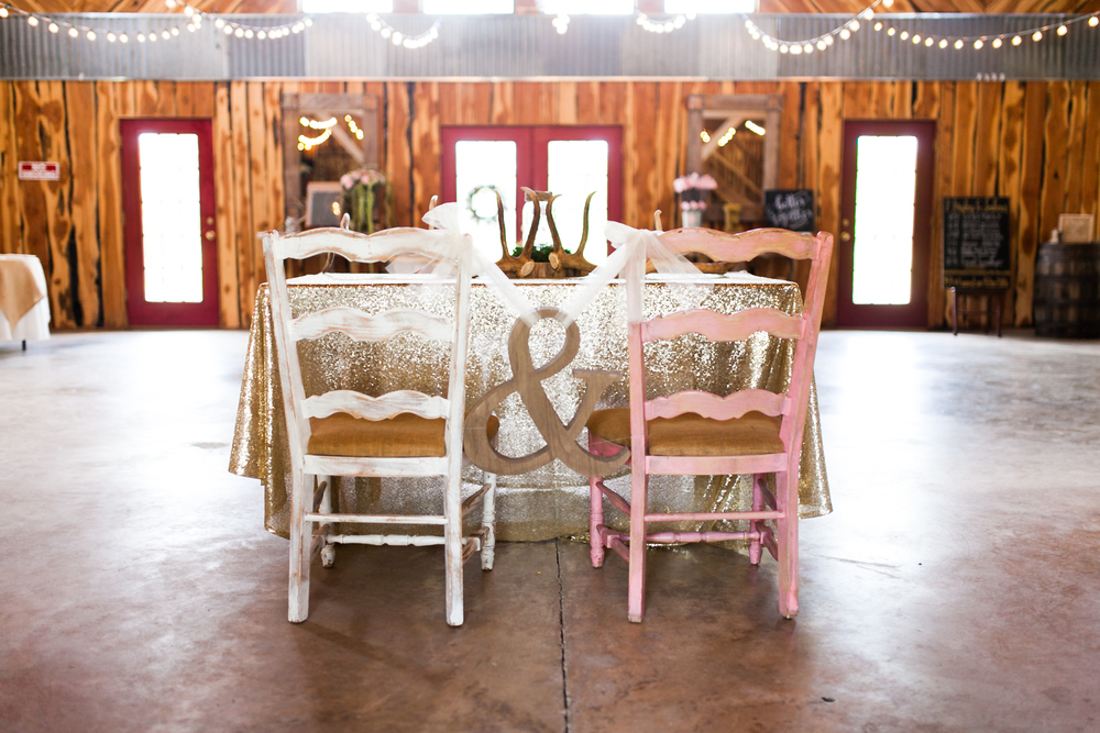 oklahoma wedding photographer pasture at willows ranch broken bow bride and groom table ampersand