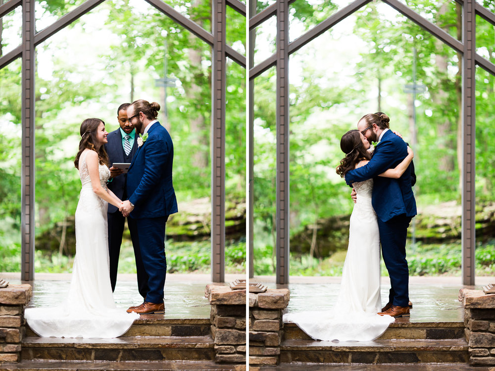 eureka springs wedding photographer thorncrown chapel kiss