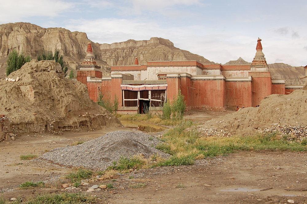 1200px-Tholing-Kloster_(Tibet)_Roter_Tempel_Dieter_Schuh.JPG