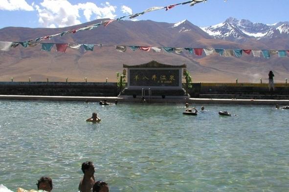 Yangpachen Geothrmal Pool and Nyenchen Tangla Mountain Range