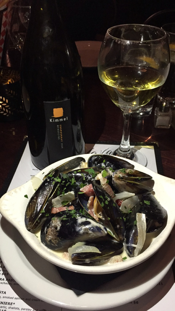 Moules Poulette - 1lb PEI mussels with bacon and onions cream sauce. Served with french fries.
