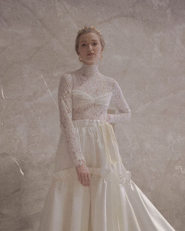 Who else is living for this Grace Kelly inspired look? ✨ We just can't get over it!  #BridalVaniaRomoff #VaniaRomoff #EntwineFaceOff2019