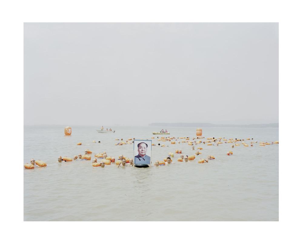 帶着毛澤東像横渡黄河的人, 河南, 2012             112x 138   厘米/ 140 x 168 厘米