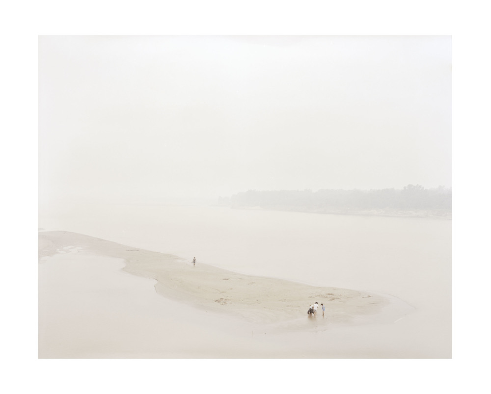 在河心玩耍的人, 山東, 2011            100 x 120   厘米/ 112x 138   厘米/ 140 x 168 厘米