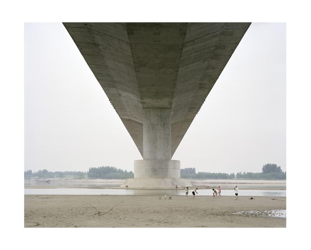 橋下度週末的一家人, 山東, 2011            100 x 120   厘米/ 112x 138   厘米/ 140 x 168 厘米