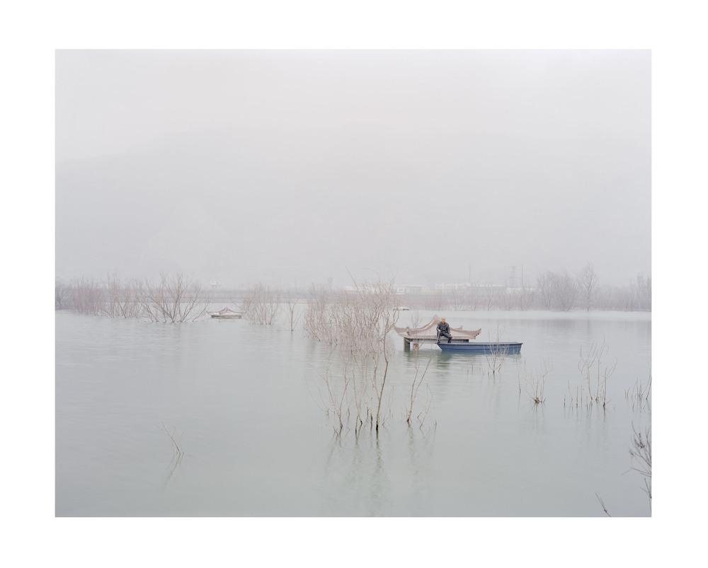 坐在亭子頂上釣魚的人, 山西, 2011            100 x 120   厘米/ 112x 138   厘米/ 140 x 168 厘米