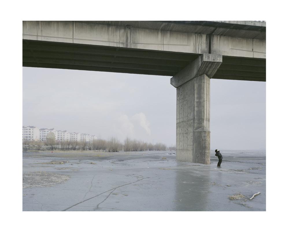 橋下帶口罩晨練的人, 寧夏, 2010            100 x 120   厘米/ 112x 138   厘米/ 140 x 168 厘米
