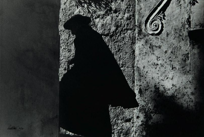Positano Priest, 1953 銀鹽沖印 簽名和印數號碼以墨水標在照片正面 33 x 49 cm 港幣42,000