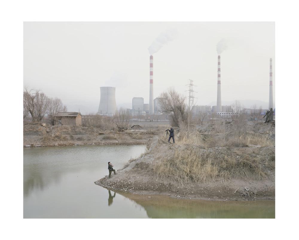 河邊拍照的人, 甘肅, 2010        100 x 120   厘米/ 112x 138   厘米/ 140 x 168 厘米