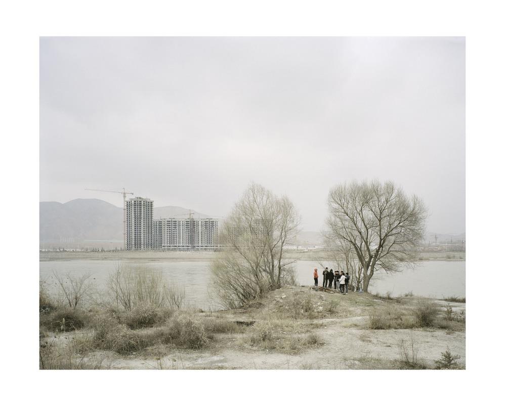 樹下烤火的人, 甘肅, 2010       100 x 120 厘米/ 112x 138 厘米/ 140 x 168 厘米
