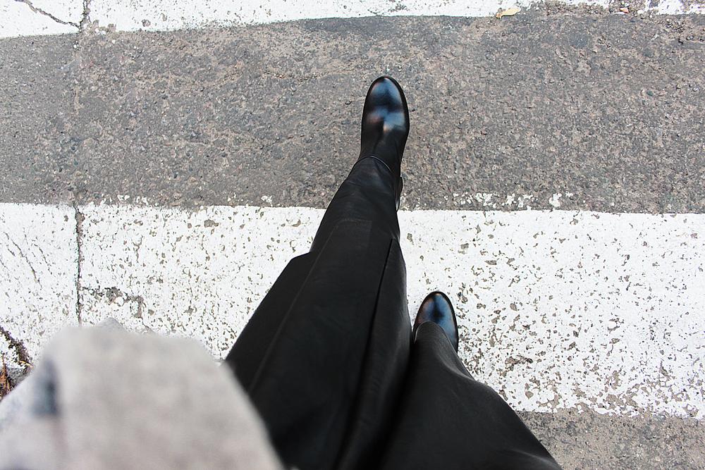 #нам_море_по_колено Особенно, когда этого колена касаются трендовые в этом сезоне over-the-knee boots как эти от Tommy Hilfiger. В них, с очень удобной колодкой, кстати(девочки, нам же это важно!) я и бегу на свидание. Вечером у нас вино и разговоры. Без фотографа:)