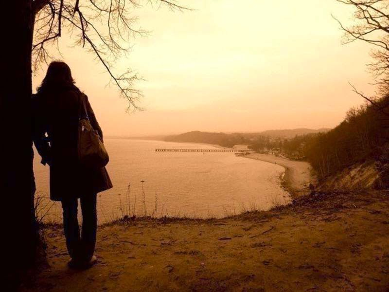 Girl-alone-thinking-thoughts-standing-near-tree-image-800x600