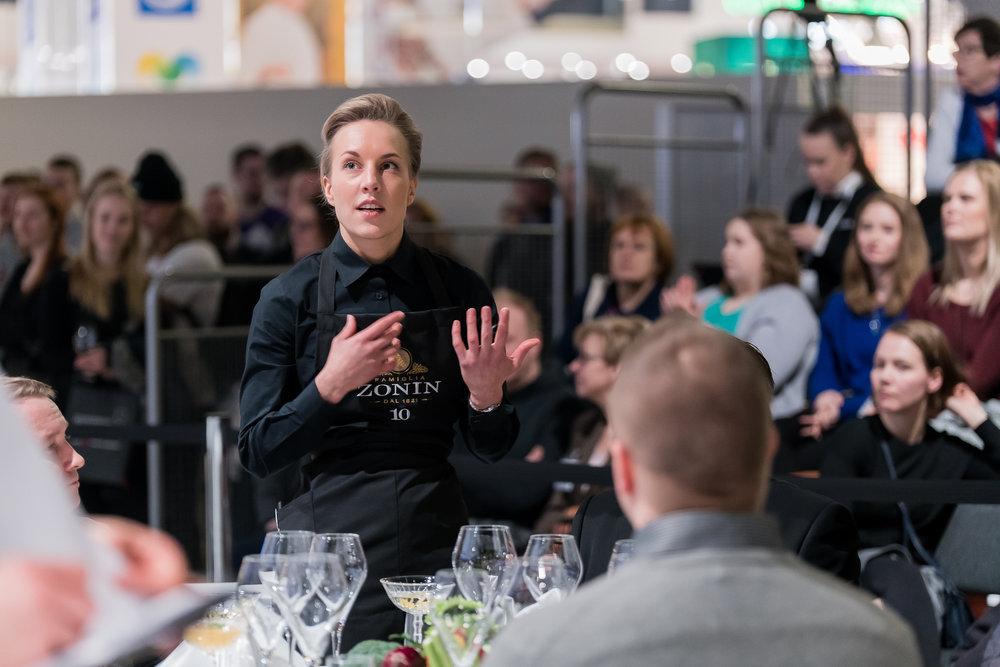 Noora Sipilä, Vuoden tarjoilija 2018 -kilpailun voittaja, kertoo mistä ruoan raaka-aineet tulevat. Kuva ELO-säätiö /Santeri Stenvall