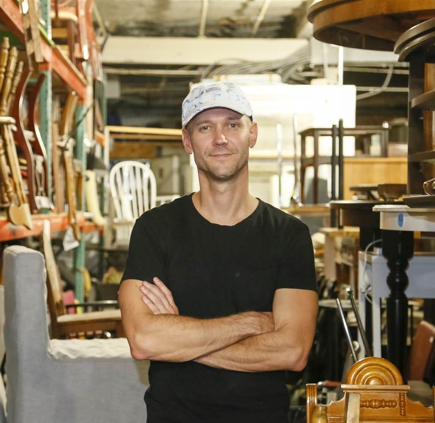 Tom - Tourguide ExtraordinaireLocal Brooklynite & Urban PlannerExperience with large groups & private toursSpecialty: urban development & planningFanatic bikeriderExcellent vintage furniture finderEnglish is his mother tongue