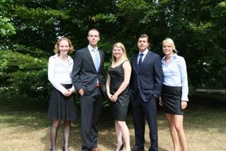 V.l.n.r.:  MARIEKE VAN DER VEN (DAGELIJKS BESTUURDER), jacco Weijers (Vicevoorzitter), annelore de groot (penningmeester),Bas Bross (voorzitter), LOTTE VAN OS (SECRETARIS)