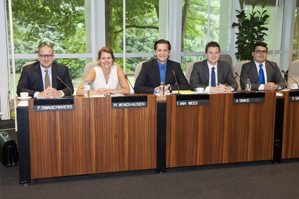 V.l.n.r.: Pieter swagemakers (secretaris), Manou Windhausen (Dagelijks Bestuurder), Thomas van Wees (Voorzitter), Alexander Sinke (Vicevoorzitter), Yasar Sazak (Penningmeester).