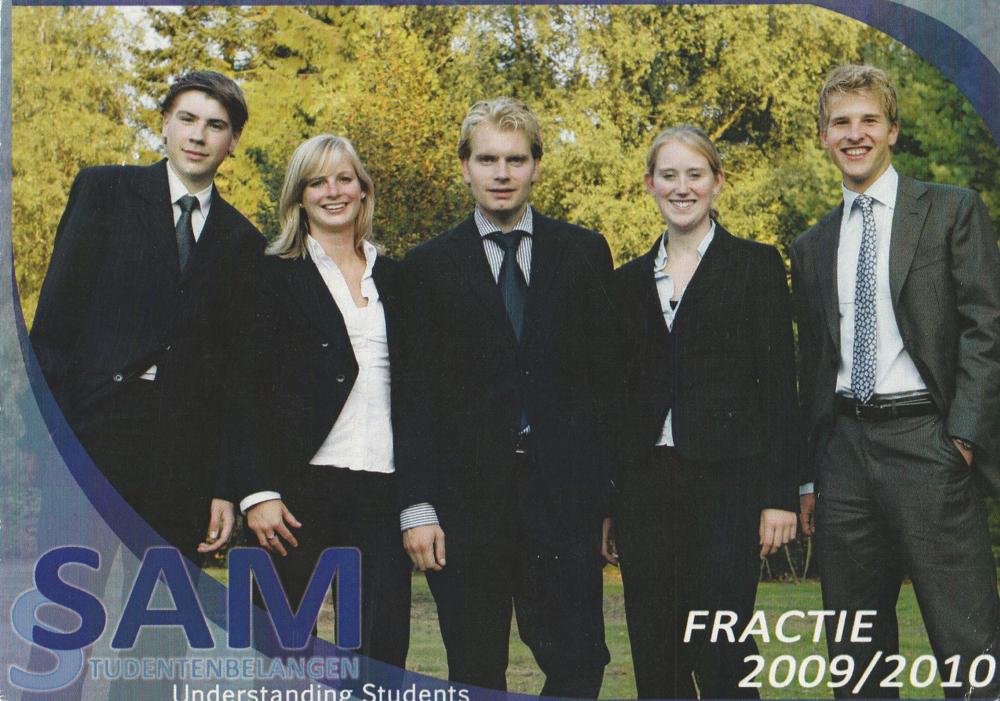 V.l.n.r.: Rémy Carré (Penningmeester), Jasmijn Hattinga Verschure (Dagelijks Bestuurder), Bas Weegels (Voorzitter), Jolien Peeters (Secretaris) en Rens Nissen (Vicevoorzitter).