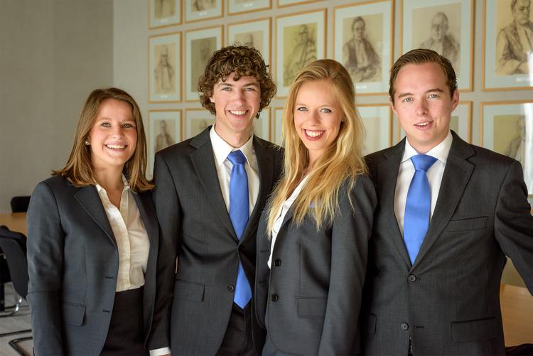 V.l.n.r.: Willemijn Cauberg (VIcevoorzitter), Gijs Kremers (dagelijks bestuurder), Iris Wester (Voorzitter), en Thomas Hordijk (Externe zaken)