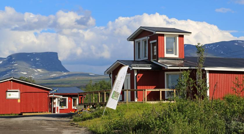 Abisko Mountain Lodge(阿比斯庫山區旅店) 這家山林小屋位於阿比斯庫滑雪勝地(Abisko Ski Resort),距離阿比斯庫Östra火車站僅有2分鐘步行路程。Mountain Lodge山林小屋自家的餐廳提供以當地採購的食材為主的時令菜單。客人搭乘纜車即可抵達2公里外的阿比斯庫遊客中心(Abisko Tourist Centre)和極光觀測站(Aurora Sky Station)。 Abisko Mountain Lodge山林小屋的客房配有免費WiFi以及帶淋浴的私人浴室。小屋設有小廚房和私人衛生間。共用淋浴設施位於桑拿浴室和休閒區內,距離小屋30米。 客人可以在亦提供大型平板電視、遊戲和雜誌的酒廊酒吧使用免費WiFi。 工作人員可以協助客人預訂阿比斯庫國家公園(Abisko National Park)內的攀冰、狗拉雪橇和導遊帶領的遠足活動。該地區更驚險的活動包括直升機滑雪、雪鞋徒步旅行和北極光(Northern Lights)之旅。