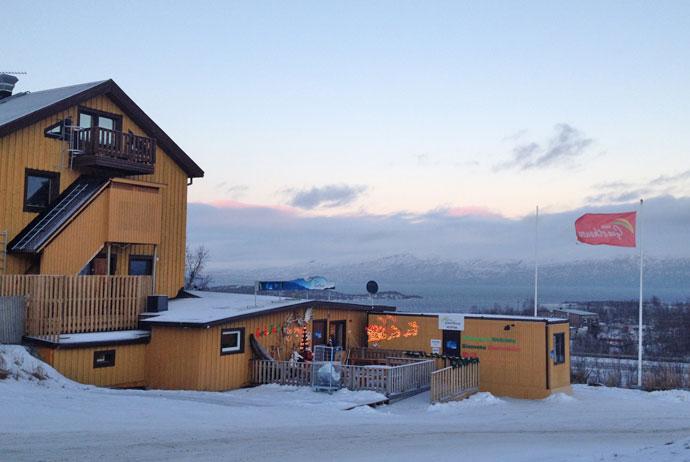Abisko Guesthouse(阿比斯庫賓館)   共用廚房和公共桑拿浴室及共用浴室設施。公寓設有設備齊全的私人廚房及浴室設施。提供免費WiFi。  托訥湖距離旅館700米、距離國家公園2.5公里。  部份房型很小,適合自助背包客,若有大件行李會無法打開行李。