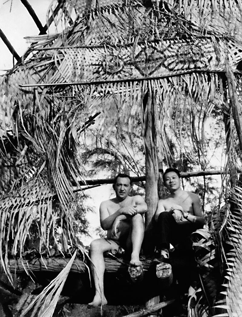 Avec Pierre Soulages sur l'île de Kawai, 1958. Droits réservés