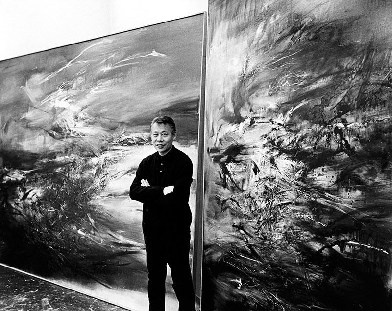 Dans son atelier parisien devant 29.09.64 et la première version de 21.09.64, vers 1964. Photo Budd