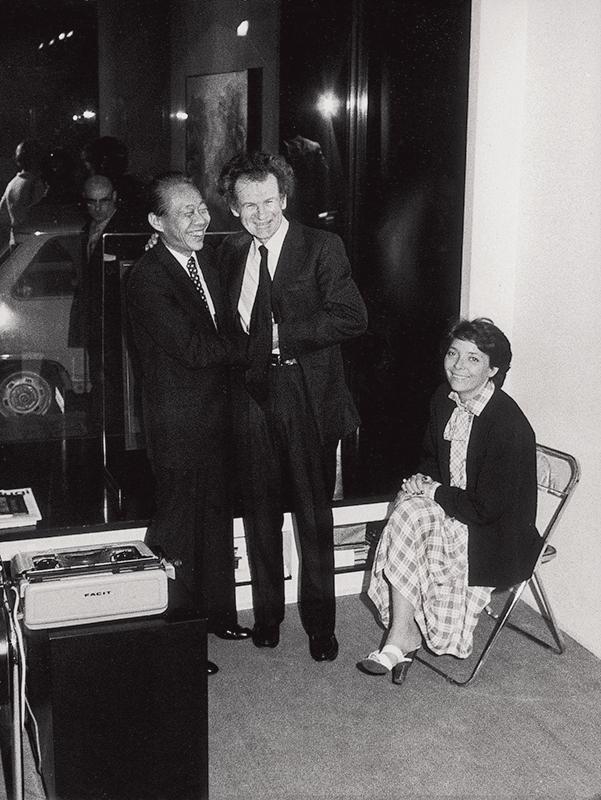 Avec Jean Leymarie et son épouse Françoise lors du vernissage de l'exposition de la Galerie Joan Prats à Barcelone, 1976. Droits réservés