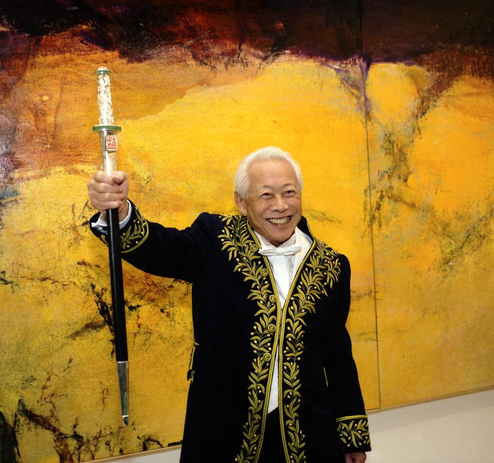 À la galerie nationale du Jeu de Paume devant le triptyque Mai-septembre 89 lors de la remise de son épée d'académicien le 26 novembre 2003. Photo Dennis Bouchard