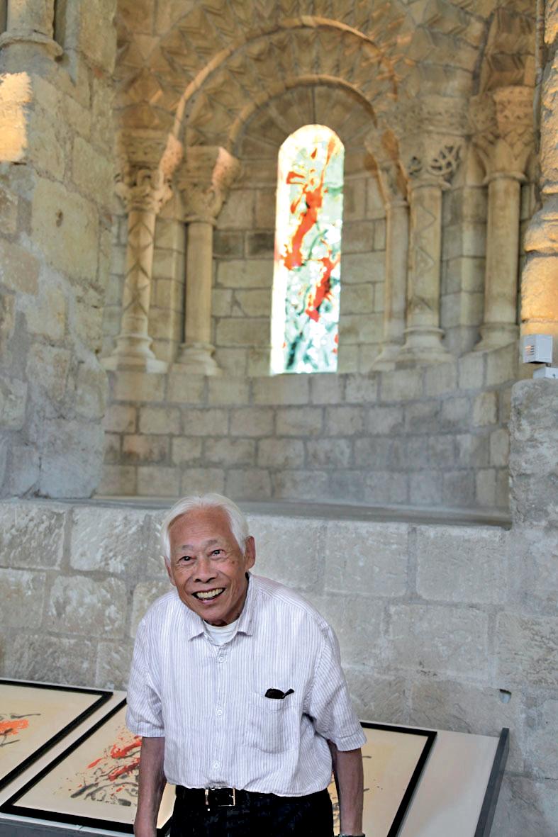 Au Prieuré de Saint-Cosme à Tours devant les vitraux de la chaire de lecture, juillet 2010. Photo Philippe Koutouzis
