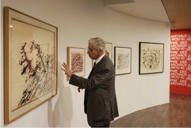 Bernard Vouilloux, commissaire de l'exposition, devant des œuvres de Henri Michaux (D.R.).