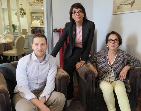 Françoise Marquet-Zao (debout), en compagnie de Yann Hendgen, directeur artistique de la Fondation Zao Wou-Ki, et de Marie Chenot, son amie d'enfance, de Saint-Ambroix.