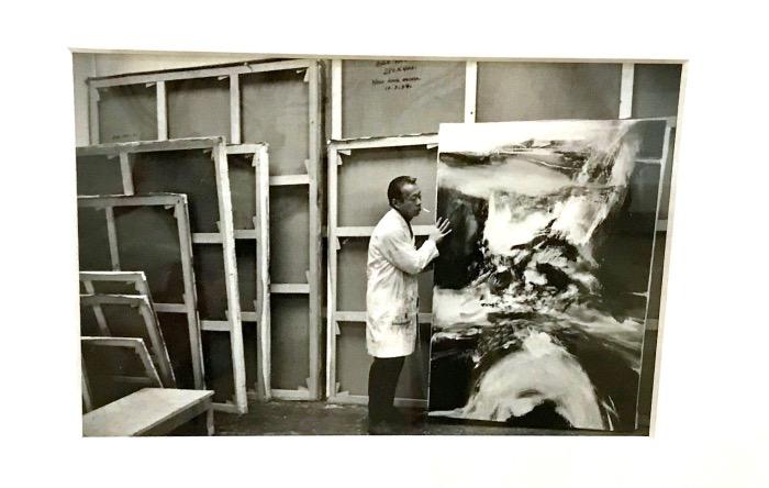 Zao Wou-ki photographié Par Henri Cartier-Bresson dans son atelier rue Jonquoy