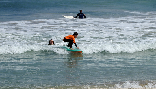 Kids-surfing-small-wave