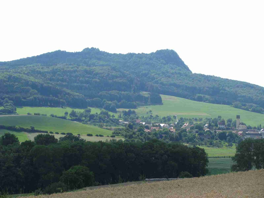 Hohenstoffel 844 m ü. NN   Noch Heute kann man die Reste   des Basaltsteinbruchs am   Nordgipfel finden.