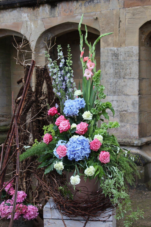 Hydrangea macrophylla, Dianthus 'Sel green', Rosa 'Bubblegum', Delphium 'fountains lavender',  Gladiolus 'Priscilla' and Thiaspi 'Green bell'.