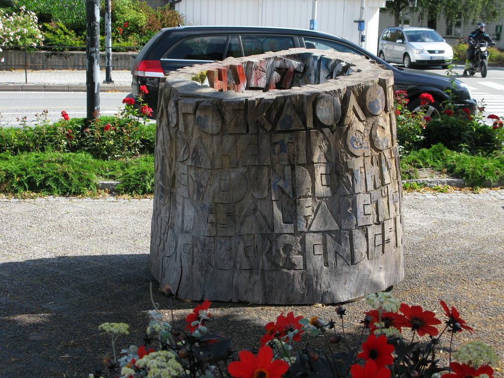Her ses Scriptorium på projektets sidste samlede udstilling på torve og pladser I Grimstad, Norge under en litteraturfestival dér.. Skulpturerne er nu ganske vejrbidte og grå…
