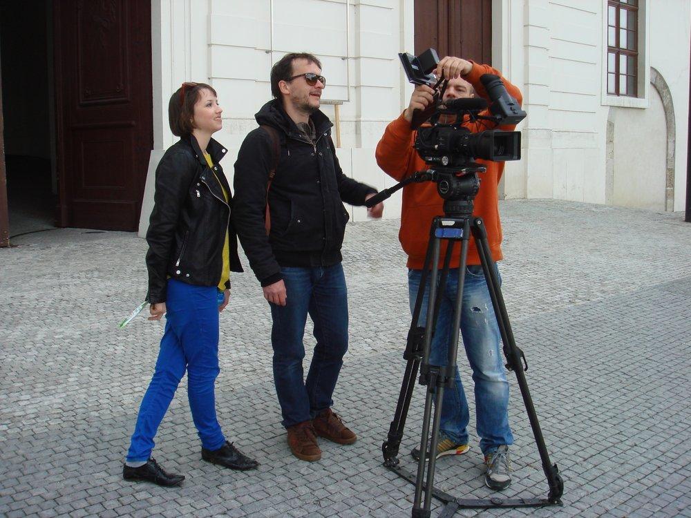 Tereza Nvotova a kameraman Martin Ziaran pri nakrucani filmu Meciar.jpg