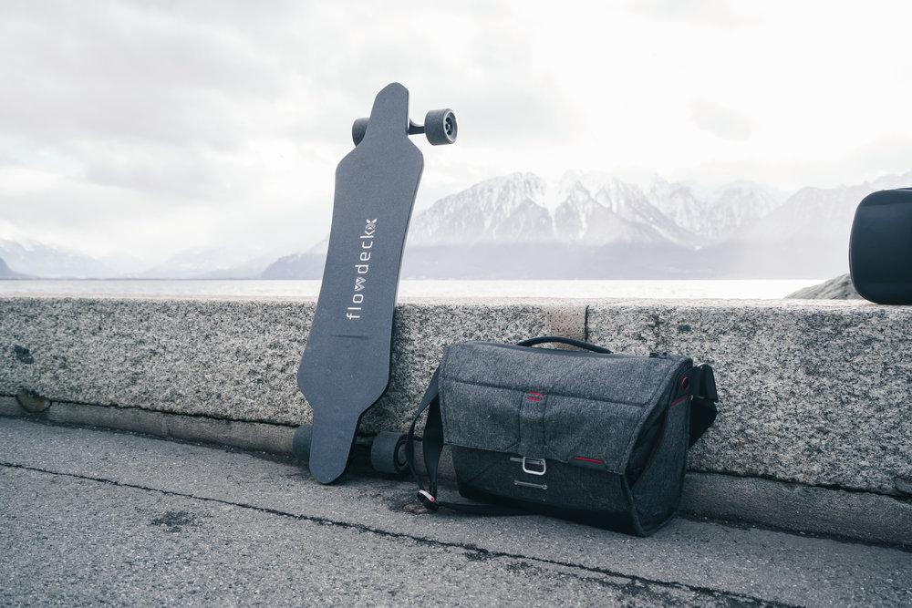 FlowDeck X skateboard électrique et sac Peak Design Charcoal