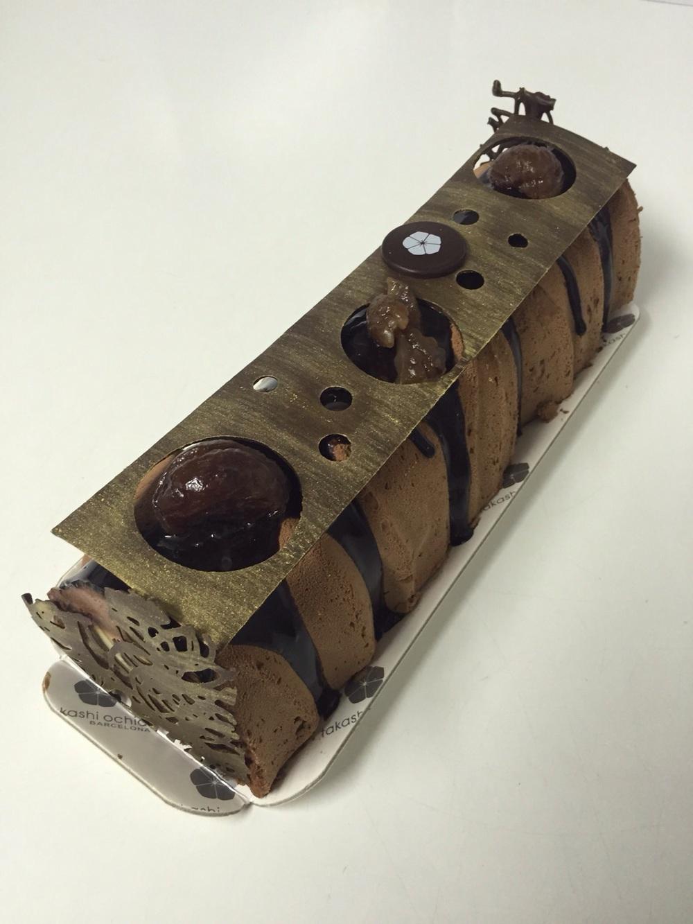 Mousse de xocolata Manjari 64%, interior de crema anglesa i castanya confitada, pa de pessic de xocolata amb cruixent de praliné.