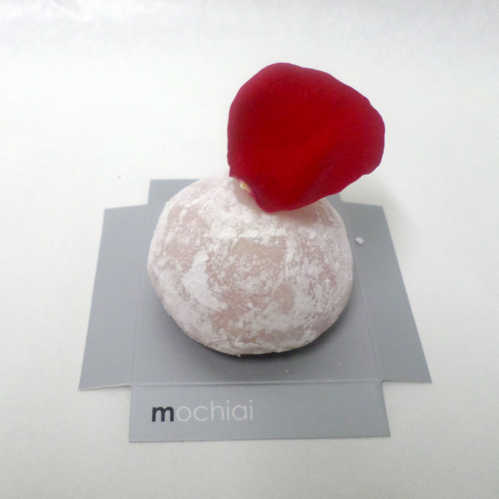 Mochi con mousse de frambuesa con rosa