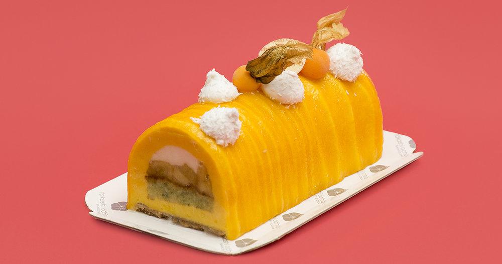 Tropical ,mousse de mango y fruta de la pasión, mousse ligera de coco, piña macerada con anís estrellado, bizcocho de menta y albhaca y galleta de coco