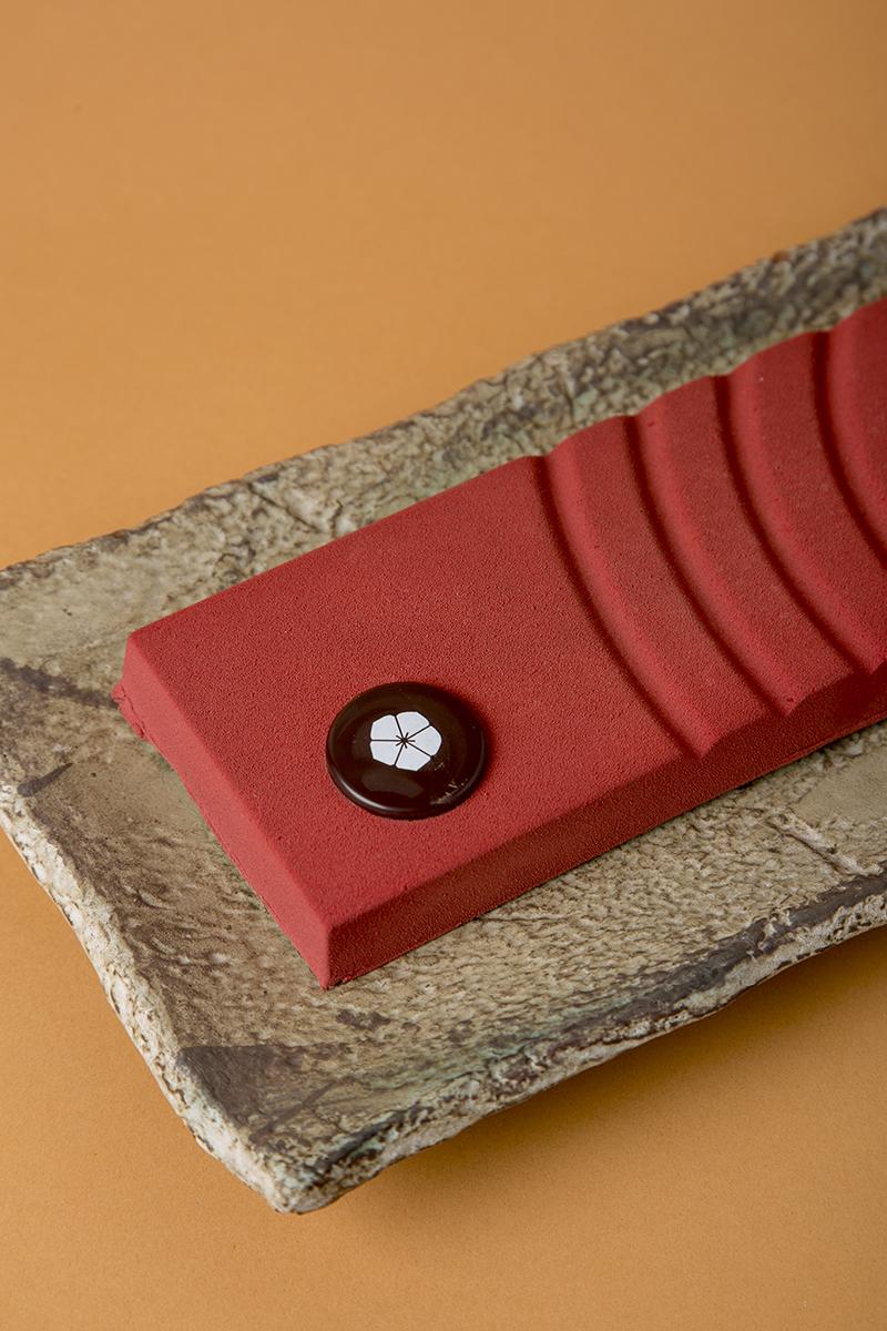 Turrón rojo de ganache de frambuesa con cobertura de chocolate negro