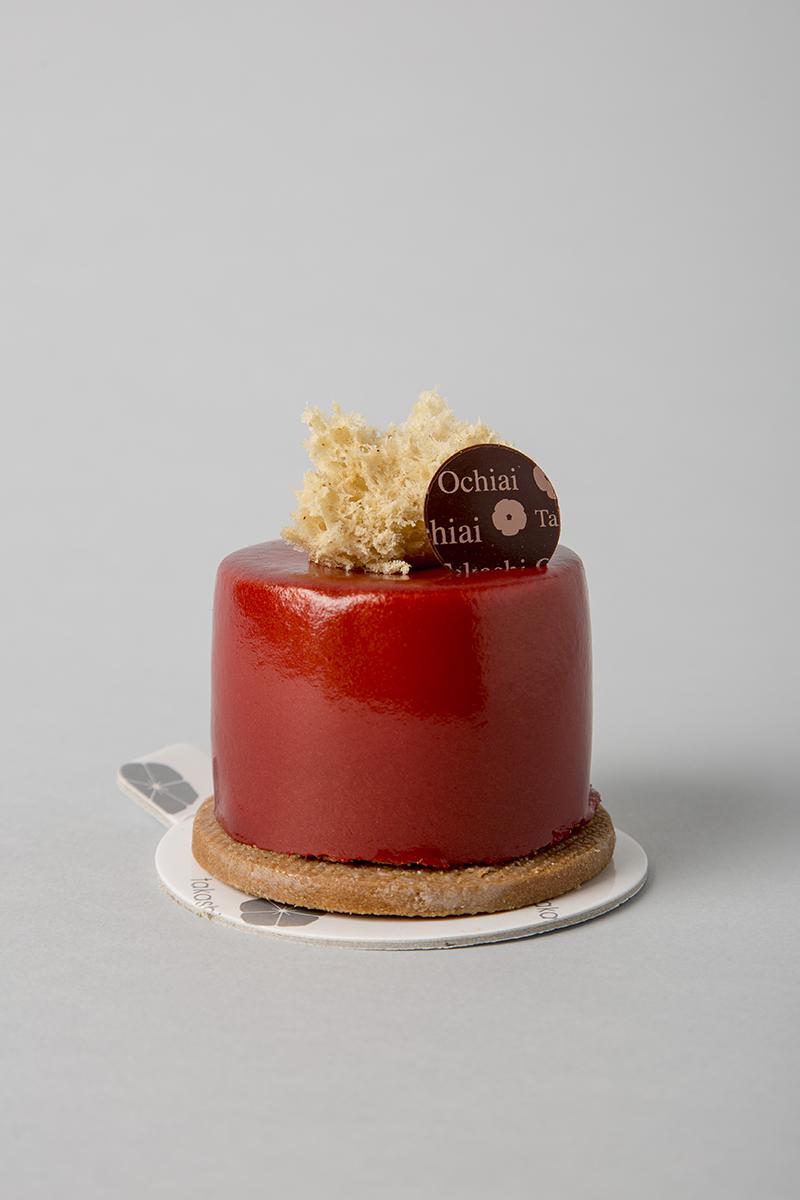 Biskelia.Cake d'avellana amb mango, mousse de caramel amb xocolata amb llet Biskelia 34% i bany de xocolata amb llet.